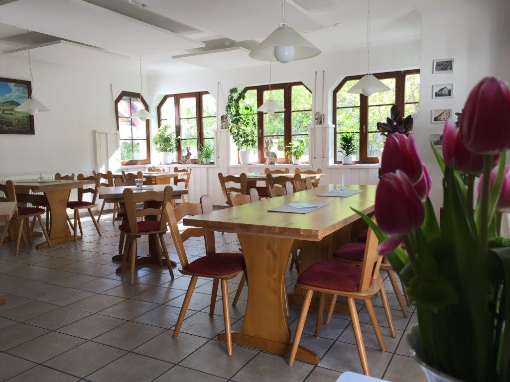 Gastraum mit Stühlen und Tischen